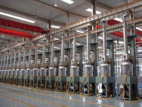 单晶炉抽真空,并持续的充入惰性保护气体